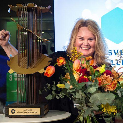 Svenska Jämställdhetspriset delas ut till en aktör som bidragit till ökad jämställdhet mellan kvinnor och män.  Det delas ut på Forum Jämställdhet, Sveriges största jämställdhetskonferens.  vinnare 2020 är SVT Sport, som på några år ändrat sitt innehåll från att ha 25% idrottare som är kvinnor till dagens helt jämställda 50%. På Bild Åsa Edlund Jönsson, Sportchef